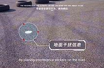 Chỉ với mẩu giấy dán mặt đường, Tencent đã hack thành công xe Tesla