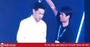Đang phát biểu say sưa trên sân khấu, CEO Baidu bị dội nguyên chai nước vào đầu