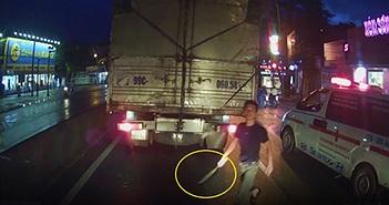 Kẻ lái xe cấp cứu vác dao doạ lái xe tải sau khi xin vượt bất thành