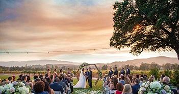 Đôi vợ chồng đeo khẩu trang, làm lễ cưới cạnh đám cháy rừng