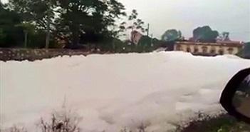 Kỳ lạ: Bọt trắng như tuyết phủ kín dòng sông sau một đêm