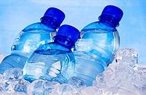 Tại sao khi lạnh nước không đóng băng toàn bộ một lúc mà lại đông cứng từ trên xuống?
