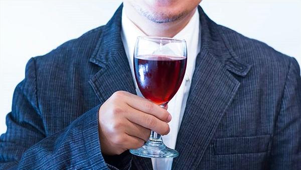 Người đàn ông hóa phù thủy chỉ vì thứ ai cũng uống này