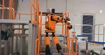 Honda phát triển robot cứu hộ có thể leo thang như người