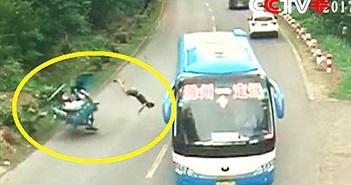 CLIP HOT NGÀY 4/10: Xe khách tông chết người, taxi gây tai nạn rồi bỏ chạy