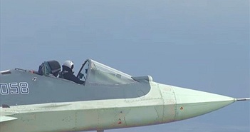 Choáng với hình ảnh tiêm kích Su-57 bay với buồng lái mở toang