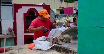 Rùng mình lễ rửa xương người chết ở Mexico