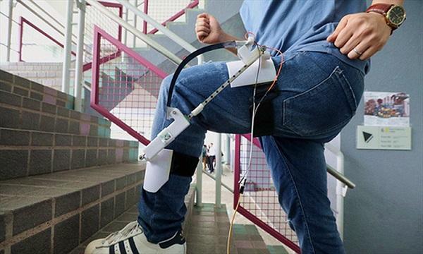 Máy phát điện gắn vào chân sạc Apple Watch trong khi đi bộ