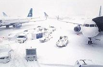 Nước Mỹ chìm trong bom bão tuyết: Sân bay phủ tuyết trắng, hơn 4,000 chuyến bay bị hủy