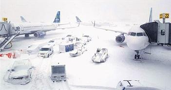 """Nước Mỹ chìm trong """"bom bão tuyết"""": Sân bay phủ tuyết trắng, hơn 4,000 chuyến bay bị hủy"""