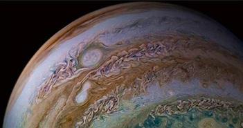 Tàu NASA chụp ảnh hai cơn bão hợp nhất trên sao Mộc