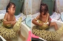 Bé gái tắm chung cá sấu đầy tình cảm gây choáng váng