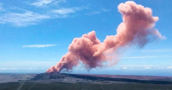 Khói và dung nham đỏ rực phun trào từ miệng núi lửa Hawaii
