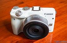 Trên tay máy ảnh mirrorless Canon EOS M3 màu trắng