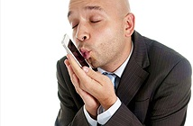 Nam giới thân thiết với điện thoại hơn phụ nữ