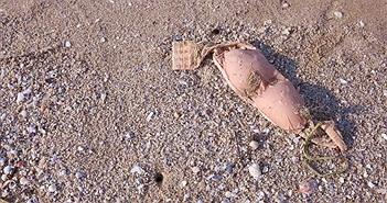 Cảnh sát thấy áo ngực trên bãi cát, lại gần phát hiện kinh hoàng...