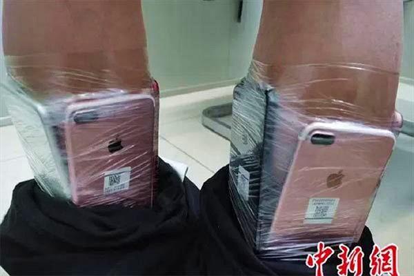 """Chiêu trò buôn lậu iPhone cực độc dị, cảnh sát """"sốc""""..."""