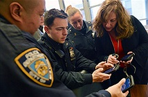 Bạn còn nhớ đồn cảnh sát Mỹ trang bị điện thoại Lumia không? Giờ họ chuyển sang iPhone rồi