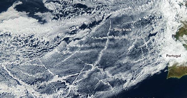 Đám mây lạ bao phủ Đại Tây Dương