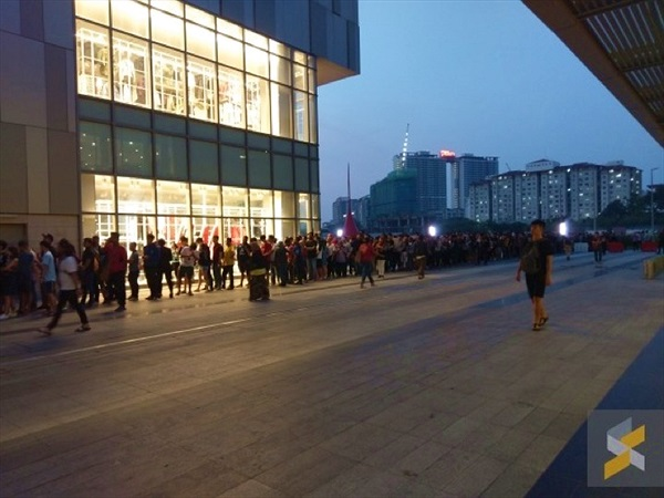 """Cửa hàng Apple tại Malaysia """"thất thủ"""" vì khuyến mãi bán iPhone giá 50 USD"""