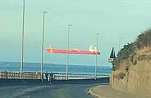 Cảnh con tàu khổng lồ trôi lơ lửng trên đường chân trời