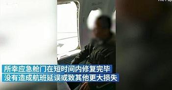Muốn xuống máy bay nhanh, nam hành khách làm hành động khó ngờ