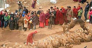 Rùng rợn lễ an táng người chết ở Tây Tạng