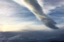 Đám mây như bàn tay vươn xuống mặt đất