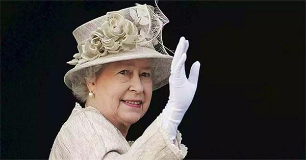 Ý nghĩa cách vẫy tay biểu tượng của Nữ hoàng Anh
