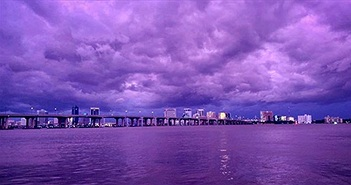 Bầu trời Florida chuyển thành màu tím sau khi siêu bão Dorian đi qua