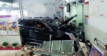CLIP HOT NGÀY 5/10: Ôtô húc người văng lên trời, xe hơi lao vào ngân hàng