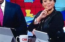 Phóng viên CNN dùng Surface Pro 3 làm đế giữ... iPad
