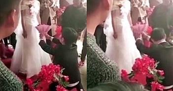 Mặc chú rể quỳ xuống cầu hôn, cô dâu từ chối ngay tại đám cưới