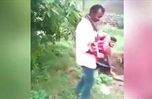 Vừa đào hố vừa bế em bé, cảnh sát kiểm tra phát hiện chuyện khủng khiếp
