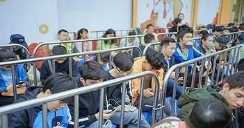 Fan công nghệ Hà Nội xếp hàng chờ mua OPPO Reno2 F