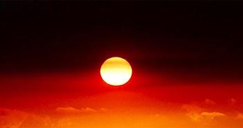 """Mặt Trời """"bắt chước"""" cờ thổ dân trong cháy rừng ở Australia"""