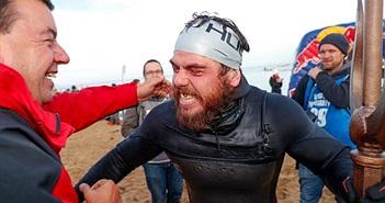 """Kỷ lục """"độc""""  người đàn ông bơi quanh nước Anh suốt 5 tháng"""