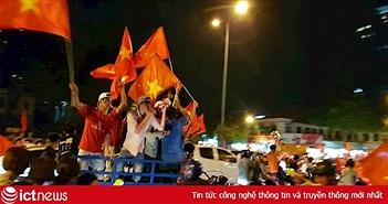"""Khoảnh khắc """"biển người"""" nhảy múa, hò reo mừng Việt Nam chiến thắng"""