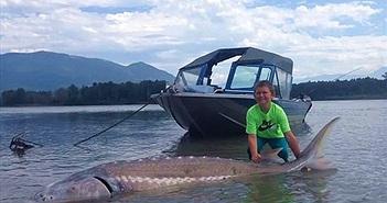 Kinh ngạc bé 9 tuổi câu được cá nặng hơn 270kg