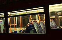 Hốt hoảng phát hiện người ngồi trước trên xe buýt đang xem phim người lớn