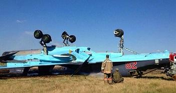 """[ẢNH] """"Xe tăng bay"""" Su-34 ngã chổng vó trên đường băng"""