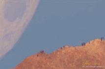Ảo giác Mặt Trăng rơi xuống sau đỉnh núi lửa