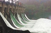 Lần đầu tiên trong lịch sử, đập thủy điện TQ mở toàn bộ cửa xả, khiến cá bay đầy trời