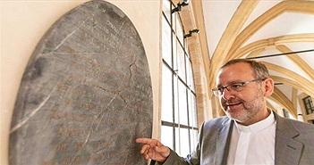 """Bảo tàng Đức khoe tìm thấy bia mộ Bạch Tuyết """"phiên bản thật"""""""
