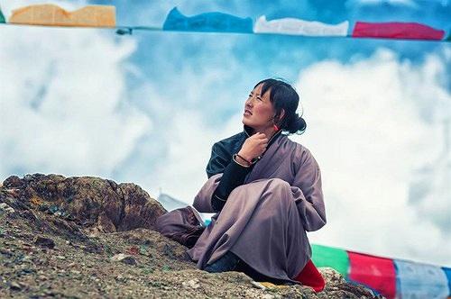 Thấy phụ nữ Tây Tạng ngồi xổm mỉm cười, lý do bất ngờ...