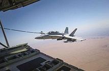 Thót tim cảnh ong bắp cày F/A-18 tiếp nhiên liệu giữa sấm sét
