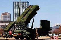 Thủ tướng Nhật mặc quân phục kiểm tra trận địa tên lửa PAC-3