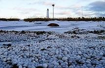 Hàng nghìn quả cầu băng phủ kín bờ biển Phần Lan