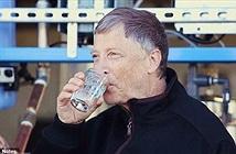 Khoảnh khắc Bill Gates uống nước tái chế từ... chất thải người