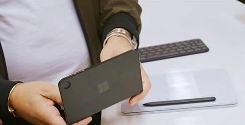 Giám đốc điều hành Microsoft đăng ảnh chụp đầu tiên của Surface Duo